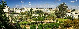 Kfar Saba - Image: תמונה פנורמית של בית אהרונוביץ' ורחבת קניון ערים