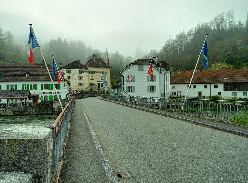 This file was uploaded  with Commonist.    Le pont sur le Doubs reliant les deux Goumois: vue sur la Suisse depuis le côté français (HDR).