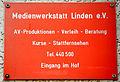 2015-05-03 Medienwerkstatt Linden e.V., Info-Tafel vor dem Durchgang in der Charlottenstraße 3 in Hannover.jpg