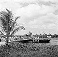 Aankomst van het veer over de Saramaccarivier bij Uitkijk in Suriname, Bestanddeelnr 252-6435.jpg