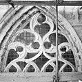 Aanzicht bovenste gedeelte venster aan noordzijde kooromgang, vanaf steiger - Breda - 20361665 - RCE.jpg