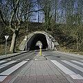 Aanzicht op de paraboolvormige westelijke tunnel voor snelverkeer, onder de spoordijk met spoorlijn, met doorkijk - Kerkrade - 20388034 - RCE.jpg
