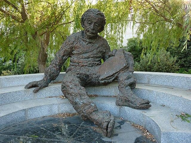Памятник А. Эйнштейну работы Роберта Беркса у Израильской академии наук