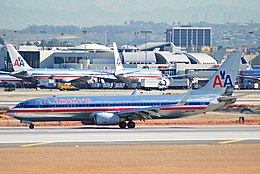 American Airlines Boeing 737-800; N977AN@LAX;19.04.2007 465gn (4263414875).jpg