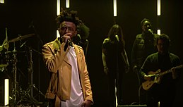 Amine performing on Jimmy Fallon in 2017.jpg
