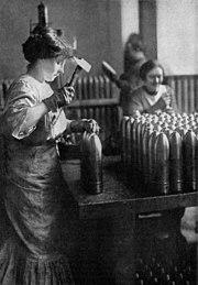 Francesas trabajando en una fábrica de municiones.