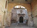 Arc de pas entre la plaça Major i l'església a través del palau dels Milà i Aragó, Albaida.JPG