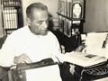 Arturo D Hernandez en su máquina de escribir.tif