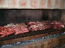 Asado argentino, con chorizos, salchicha parrillera, chinchulín, riñón, tira de asado y vacío.