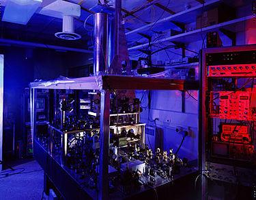 L'horloge atomique à fontaine d'atomes de césium NIST-F1. Cette horloge est l'étalon primaire de temps et de fréquence des États-Unis, avec une incertitude de 5,10×10-16 (en 2005) Wikipedia