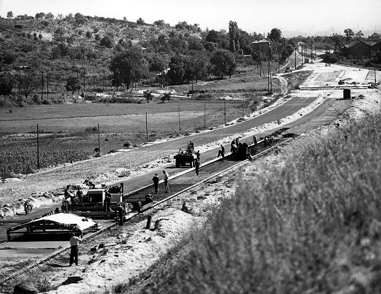 File:Az épülő M1-M7 autópálya közös szakasza, a Kőérberki út irányából a város felé nézve. Balra a Budaörsi út. Fortepan 103835.jpg
