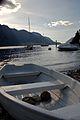 Barca spiaggiata a Bellagio.jpg