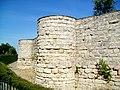 Beaumont-sur-Oise (95), ruines du château XIIe-XVIIIe s., 3e et 2e tour.jpg