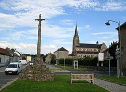 Bernaville croix de pierre et église 1.jpg