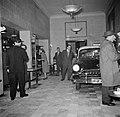 Bezoekers bij de garderobe van restaurant Wivex waar een Opel Kapitän '54 staat , Bestanddeelnr 252-9136.jpg