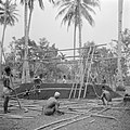 Bouwen van een geraamte van bamboe voor een huis, Bestanddeelnr 255-6716.jpg