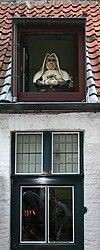 Bruges - Wijngaardplein - Lucarne décorée de façon humoristique.jpg