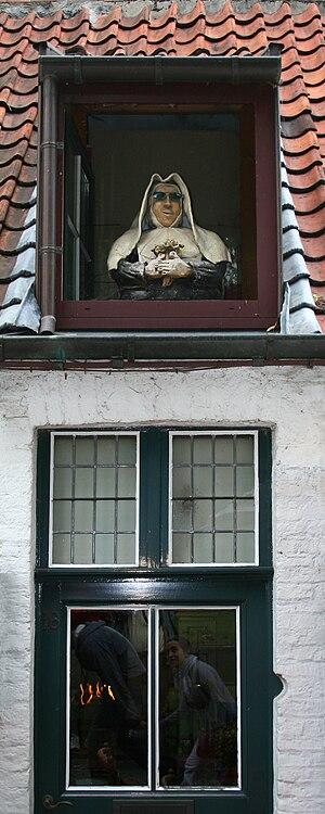Dormer - Image: Bruges Wijngaardplein Lucarne décorée de façon humoristique