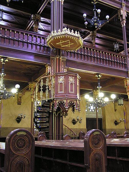 > La Grande synagogue de Budapest a plusieurs attributs typiquement d'une église : Ici une chaire.