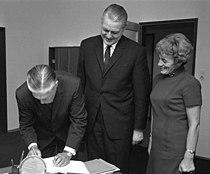Bundesarchiv B 145 Bild-F026119-0002, Bonn, Stoltenberg mit Gouverneur Romney, USA (cropped).jpg