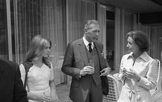 Derrick (TV series) - Horst Tappert at a reception of the Chancellor in 1971, with colleague Heidi Hansen (left) and minister Katharina Focke