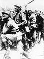 Bundesarchiv Bild 146-1976-007-32, Champagne, russische Soldaten mit Gasmaske.jpg