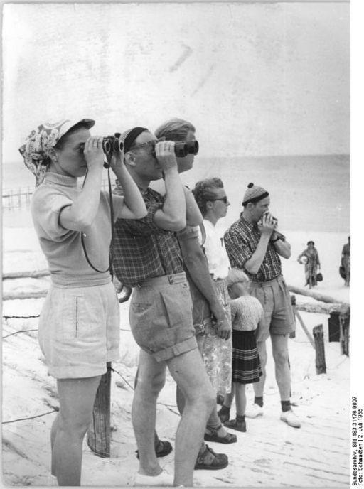 Bundesarchiv Bild 183-31476-0007, Prerow, Urlauber mit Ferngläsern am Strand
