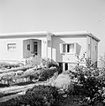 Bungalow op de berg Karmel, ervoor beplanting, Bestanddeelnr 255-2082.jpg
