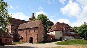 Amtsreiterhaus (links), Burgkapelle und Neues Tor (Mitte), Münzprägerei (rechts)