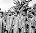 COLLECTIE TROPENMUSEUM Een groep meisjes in adatkleding te Muaralakitan Palembang Zuid-Sumatra TMnr 10002796.jpg