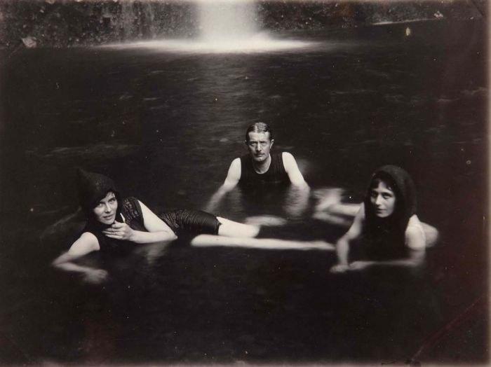 COLLECTIE TROPENMUSEUM Zwemmen in de vijver bj de waterval TMnr 60050142
