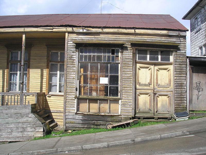 File calle centenario detalle acceso a vivienda en madera for Viviendas en madera