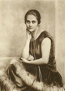 Carola Toelle German actress