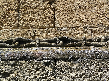 Casa de la cadena. Relieve con forma de cadena decorando el alfiz.jpg