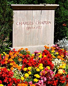 """Photographie d'un caveau en pierre où est inscrit «Charles Chaplin 1889-1977"""""""