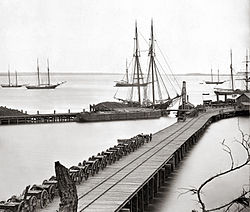 Tepi laut City Point, Virginia (kini Hopewell) selama musim dingin 1864-1865.