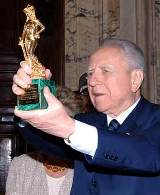 David di Donatello - The Italian former President Carlo Azeglio Ciampi shows the prize received at the occasion of the awards ceremony in 2005