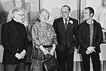 De koningin, vergezeld van prins Bernhard, neemt het Nationaal Geschenk in ontva, Bestanddeelnr 930-5548.jpg