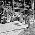 De koningin bezoekt de Bruynzeel Suriname Houtmaatschappij in Beekhuizen, Bestanddeelnr 252-4556.jpg