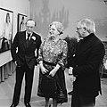 De koningin en prins Bernhard bekijken met schilder Jan Goeting het portret van , Bestanddeelnr 930-5545.jpg