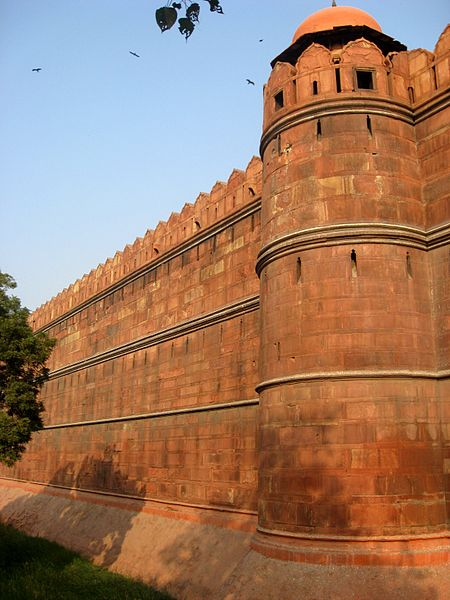 Datei:Delhi Rotes Fort Festungsmauern.jpg