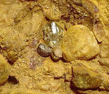 Diamante rinvenuto e conservato entro la roccia sedimentaria (giacimento secondario) in Brasile