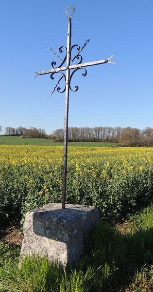 Croix du carrefour des Noues, croix en ferronnerie d'environs 2.50m dont environs 50/70cm de piédestal parallélépipédique en pierre; croix avec double pointe aux extrémités horizontales et un coeur au dessus, avec croix de St André et boucles intermédiaires