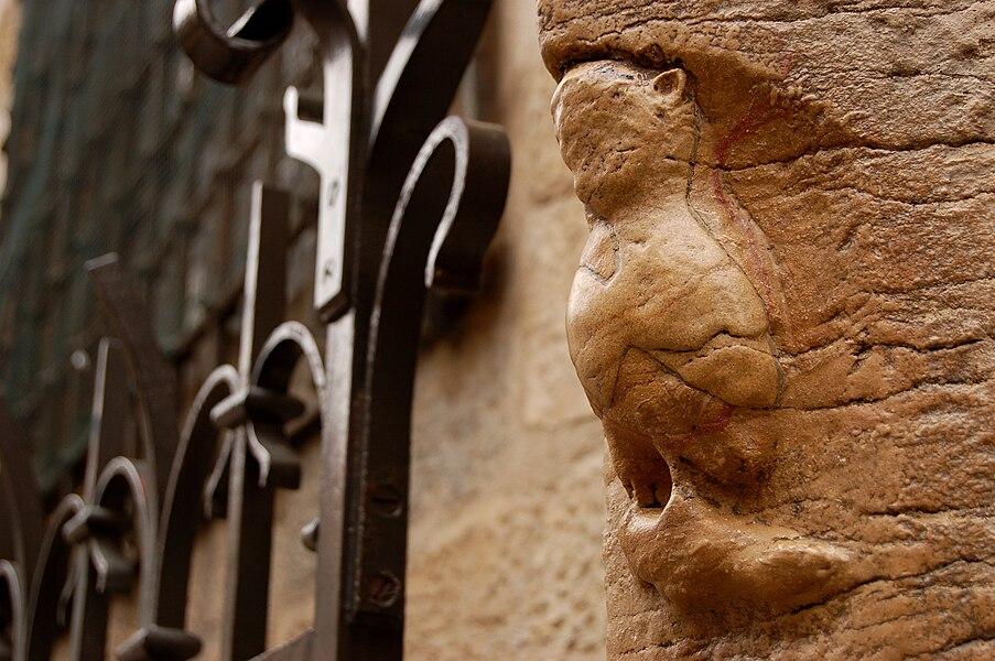 Statue de la chouette présente sur un des piliers de l'église Notre-Dame de dijon (Côte d'Or)
