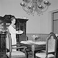 Een matroos dekt de tafel in het koninklijk verblijf in Fort Amsterdam in Willem, Bestanddeelnr 252-2795.jpg