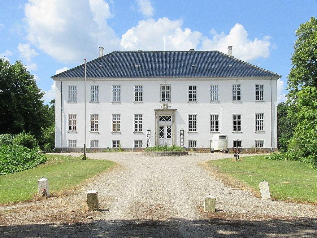 Egholm Slot - hovedbygning 01.jpg