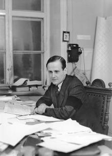 Einar Gjerstad ved sit skrivebord, Stockholm.