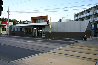 Elsternwick railway station - Entrance from Glen Huntly Road in May 2005