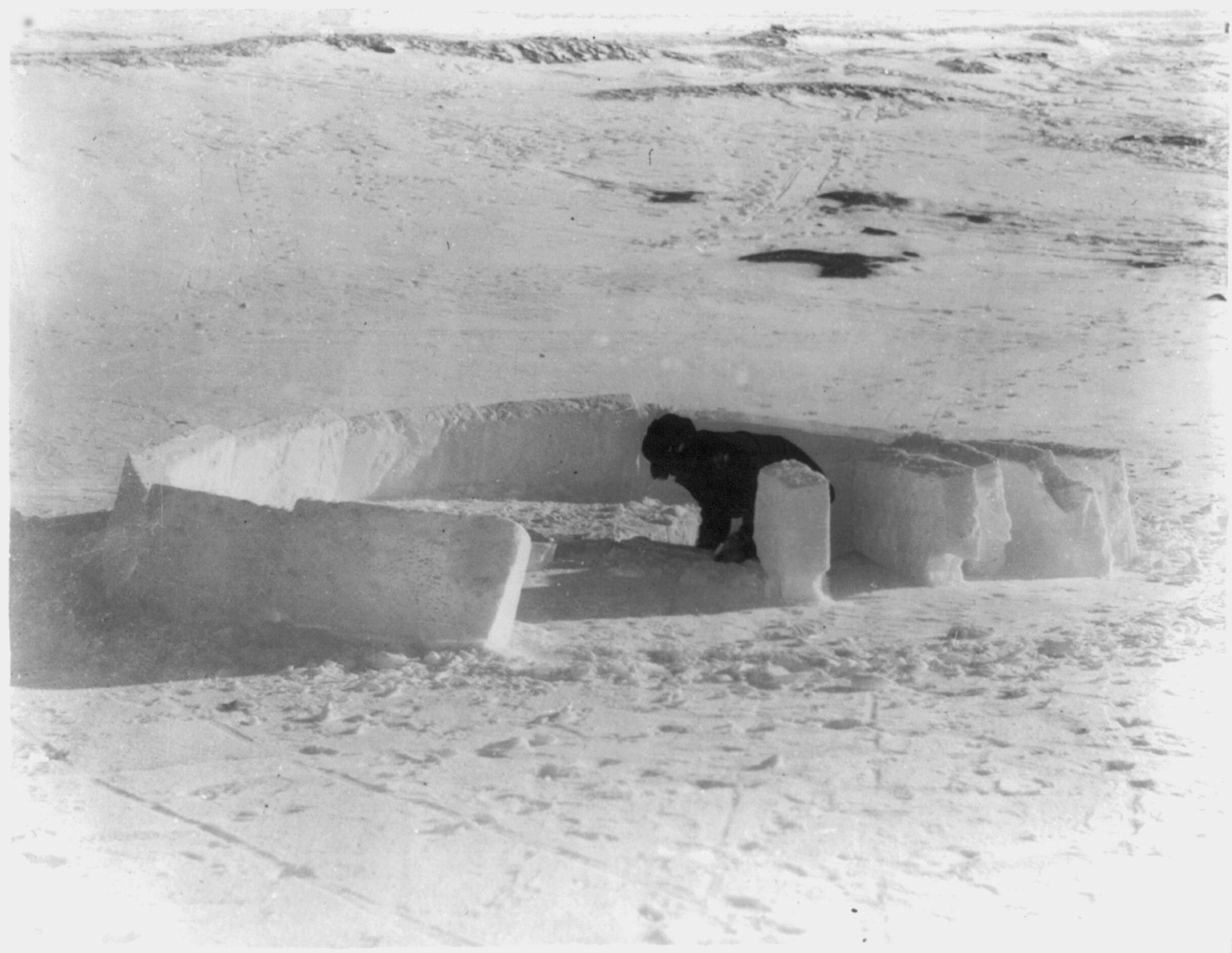 File eskimo building an igloo completing the first layer for Ice block construction