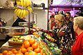 Esperanza Aguirre haciendo campaña en un mercado.jpg